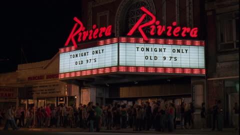 vídeos de stock, filmes e b-roll de ms, people gathering at riviera theater entrance at night, chicago, illinois, usa - letreiro de teatro