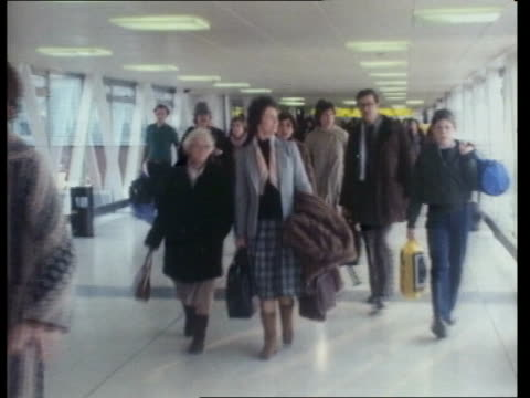 people get away for christmas; england: london: heathrow airport: int people towards at airport bv ditto - flughafen heathrow stock-videos und b-roll-filmmaterial
