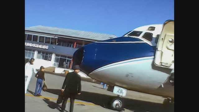 vidéos et rushes de people get off the plane in alghero airport, 4k digitized footage - passager