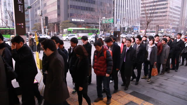 vidéos et rushes de people get stand in the line at the yeouido subway station - file d'attente