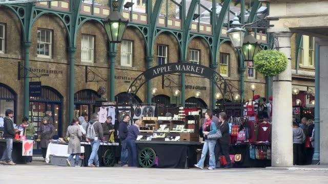 vidéos et rushes de  ms people getting goods in market / london, england, great britain  - lettre majuscule
