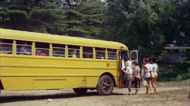 ms people getting in sightseen bus - gemeinsam gehen stock-videos und b-roll-filmmaterial