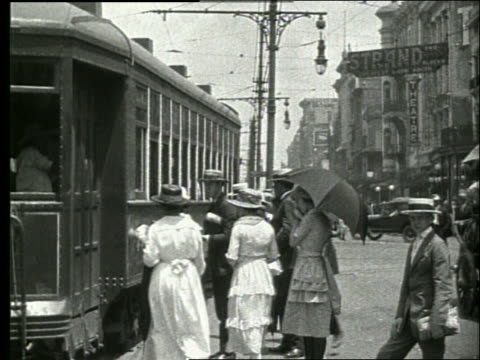stockvideo's en b-roll-footage met b/w people getting on trolley / 1915 new orleans / no sound - 1915
