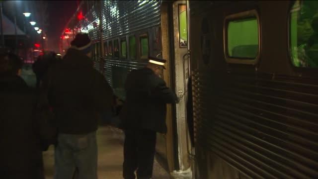 vídeos de stock, filmes e b-roll de people getting onto train - trocador