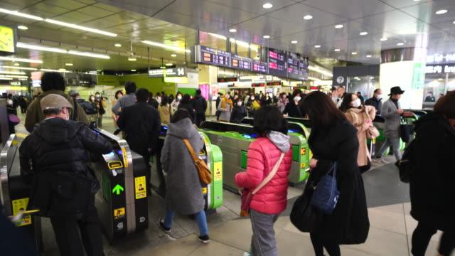 people go through the automatic ticket gates at jr shinjuku station. - 自動改札機点の映像素材/bロール