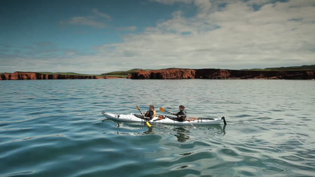 vidéos et rushes de people goes kayaking in the sea - kayak
