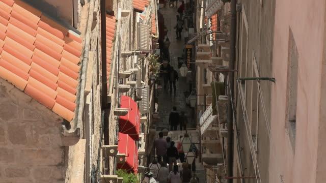 stockvideo's en b-roll-footage met hs ws tu people going down steps in an alley in old part of city/ dubrovnik, dalmatia - onbekend geslacht