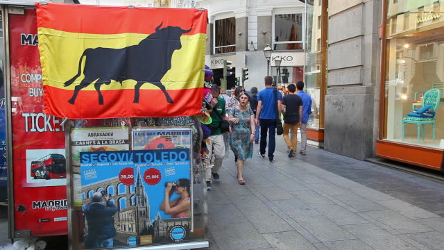 vídeos de stock e filmes b-roll de people going home after work near callao square and gran via in madrid in spain on june 8 no sound - touro animal macho