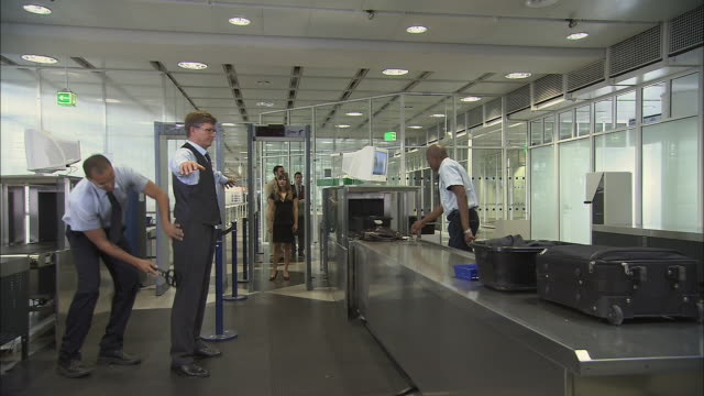stockvideo's en b-roll-footage met ms people going through airport security screening/ munich, germany - beveiliging