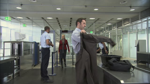 ms people going through airport security screening/ munich, germany - sicherheitsgefühl stock-videos und b-roll-filmmaterial