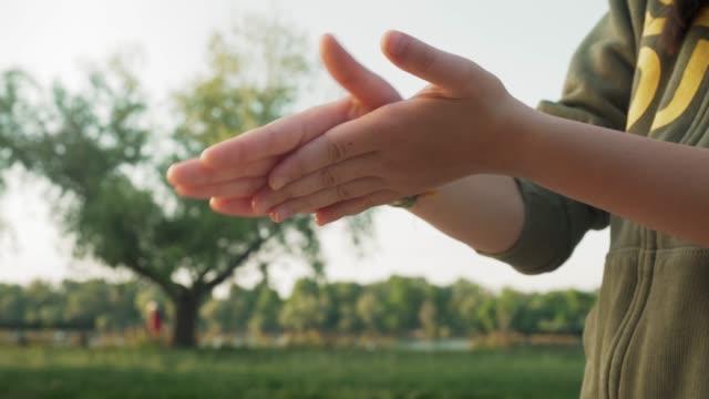vídeos de stock, filmes e b-roll de pessoas cuidam da mão ao ar livre usando álcool desinfetante gel gel limpo lavar as mãos bactérias antivírus durante a crise covid-19 - anti higiênico