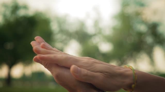 vídeos de stock, filmes e b-roll de cuidados com as mãos usando álcool desinfetante gel gel limpa lavagem de mão antivírus bactérias durante a crise covid-19 - anti higiênico