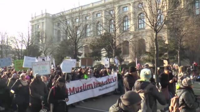 vídeos de stock, filmes e b-roll de people have taken to the streets in vienna to new government's move to ban fullbody and facial veils used by some muslim women from being worn in... - vestimenta religiosa