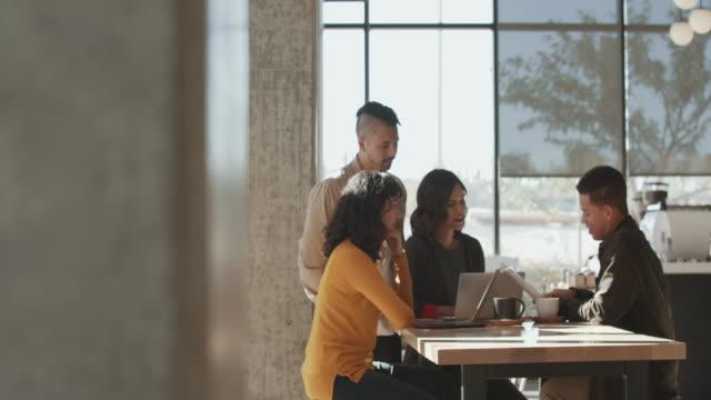 vídeos y material grabado en eventos de stock de ws people having a lunch meeting in a cafe - colega