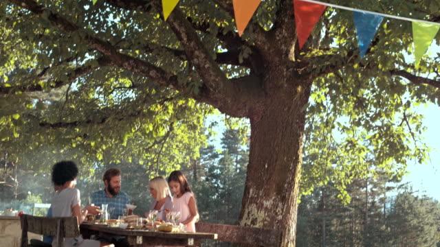 TD-Menschen mit einem Picknick an einem sonnigen Tag