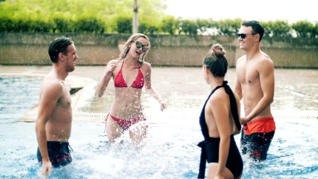 leute, die spaß an einer pool-party bei sonnenuntergang - bikinihose stock-videos und b-roll-filmmaterial