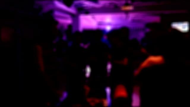 Pessoas tendo divertido dançar na discoteca festa, imagem de Borrão