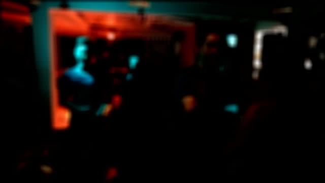 Las personas que alegre bailando en club nocturno partido, imagen borrosa