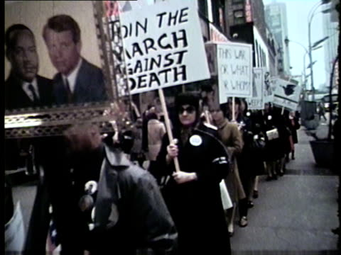 wgn people hold signs outside woolworths protesting vietnam war in chicago in 1969 - 1969年点の映像素材/bロール