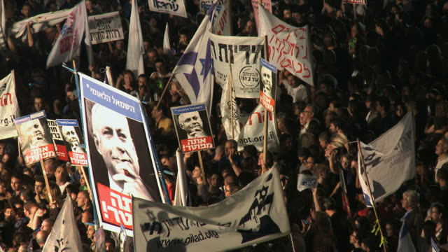 vidéos et rushes de ws people holding baner of kikar hamedina / tel aviv, israel - social justice concept