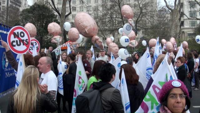 vídeos y material grabado en eventos de stock de ms people holding banners and gas balloon in demonstrating / london, england, great britain  - globo de helio