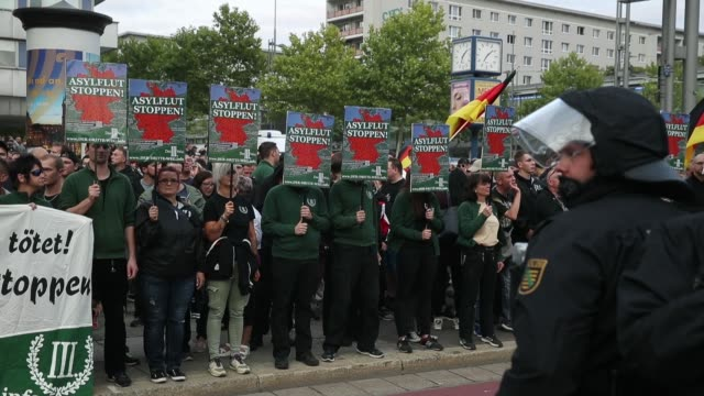 vídeos y material grabado en eventos de stock de people holding signs that read: 'stop the asylum flood!' as they arrive at a right-wing protest gathering the day after a man was stabbed and died of... - fascismo
