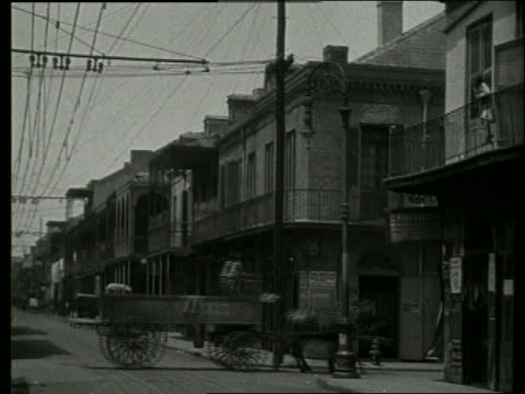 stockvideo's en b-roll-footage met b/w people, horse and wagon on city street /1915 new orleans / no sound - 1915