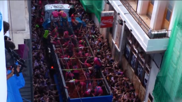 people hurl tomatoes while participating the annual la tomatina festival in bunol district of valencia, spain on august 26, 2015. footage by berkan... - 参加者点の映像素材/bロール