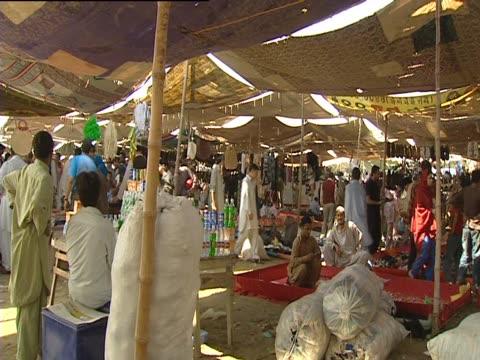 people in a market in karachi - ディスク点の映像素材/bロール