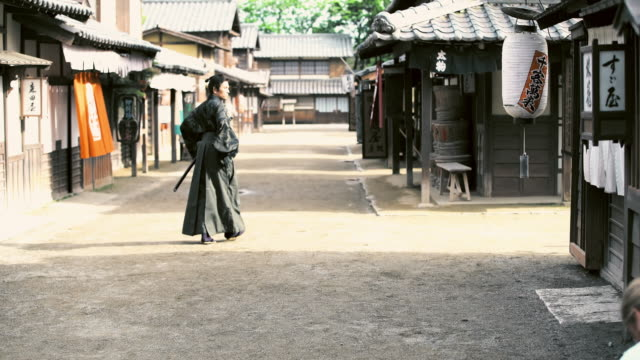 vídeos de stock e filmes b-roll de ws people  in ancient japan village - samurai