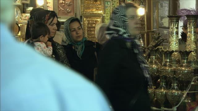 vídeos de stock, filmes e b-roll de ms people in antique store, isfahan, iran - antiquário loja