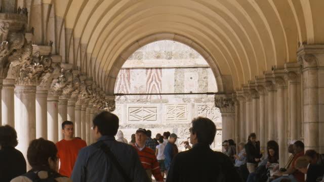 vídeos de stock e filmes b-roll de slo mo, ms, people in arcade of doge's palace, venice, italy - estilo do século 16