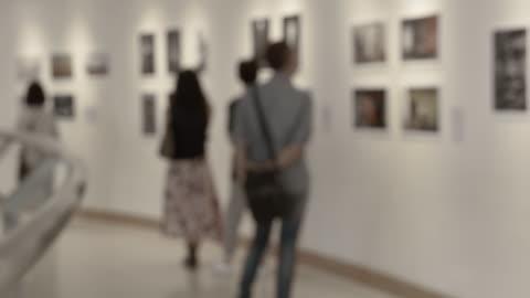 vídeos y material grabado en eventos de stock de personas en la galería de arte - arte