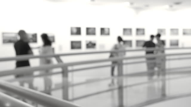 menschen in der kunst-galerie - kunstmuseum stock-videos und b-roll-filmmaterial