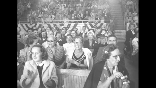 people in audience watching and applauding / people in audience watching / people in audience watching and applauding, pan across to man catching... - giudice video stock e b–roll