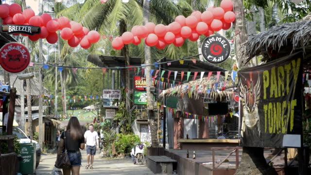 people in backpacker village - braunes haar stock-videos und b-roll-filmmaterial