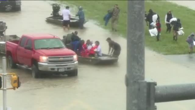 vidéos et rushes de kiah people in boats escaping flood water after hurricane harvey on east sam houston pkwy in houston texas aug 28 2017 - est