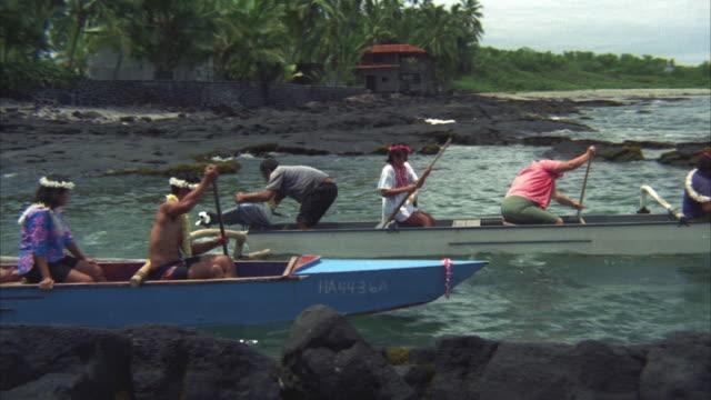 vidéos et rushes de 1967 ws pan people in boats leaving shore, towards passenger boat at sea - cérémonie