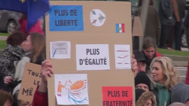 vídeos de stock e filmes b-roll de people in brussels belgium attend a march to protest against gun attack on french satirical magazine charlie hebdo on january 7 in paris that left 12... - sátira