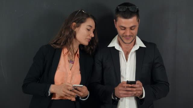 vidéos et rushes de gens en vêtements affaires devant un tableau noir - coucou