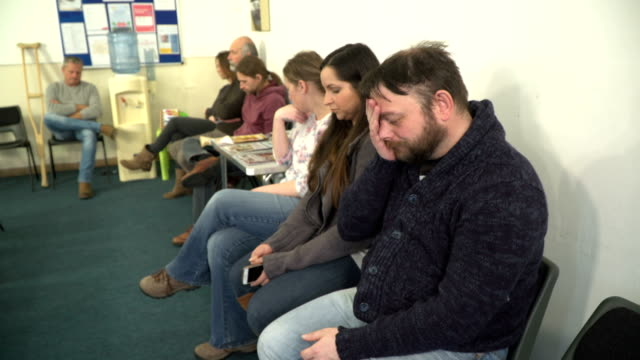 4k: people in clinic waiting room - sala d'attesa video stock e b–roll