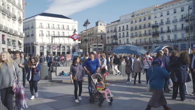 vídeos y material grabado en eventos de stock de people in comercial square plaza del sol - plaza