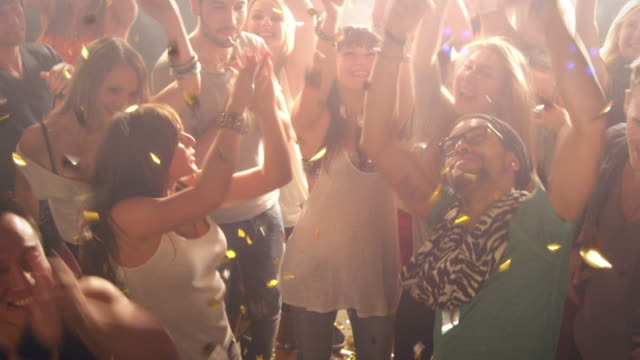 stockvideo's en b-roll-footage met people in disco - viering