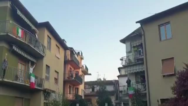 vídeos de stock e filmes b-roll de people in florence sing the national anthem out of their windows to show the solidarity as the country remains under lockdown over the coronavirus... - itália