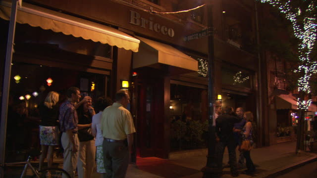 stockvideo's en b-roll-footage met ms people in front of bricco restaurant at night, 241 hanover street, north end, italian neighborhood / boston, massachusetts, usa - westers schrift
