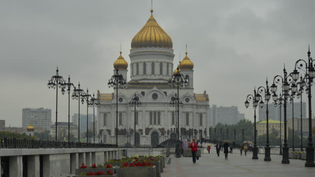 T/L WA ZO People in front of Cathedral of Christ the Savior in the rain / Moscow