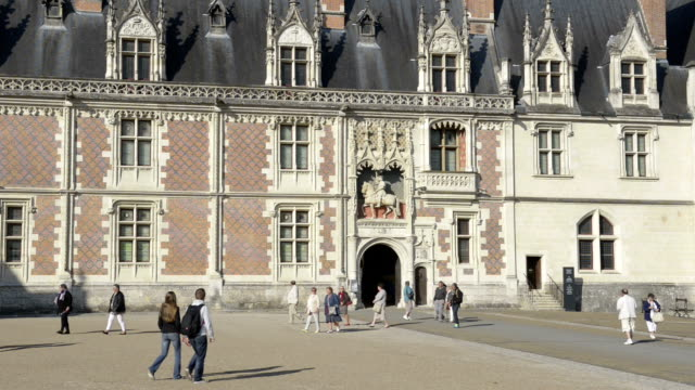 vídeos y material grabado en eventos de stock de people in front of chateau royal de blois - castillo estructura de edificio