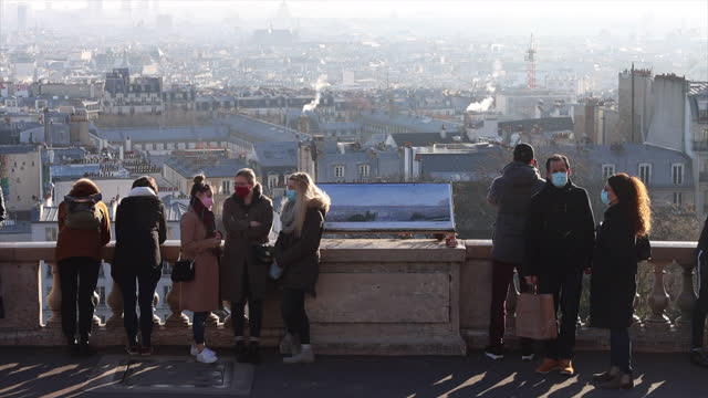 people in front of the sacré-coeur basilica in montmartre during the covid-19 epidemic on january 9 in paris, france. prime minister jean castex... - サクレクール大聖堂点の映像素材/bロール