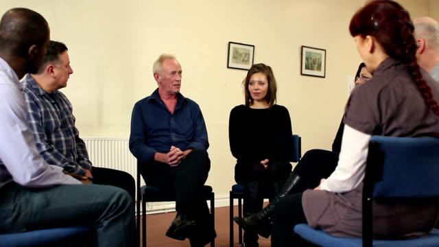 Personas mayores en el grupo de tratamiento de Hombre hablando (DOLLY
