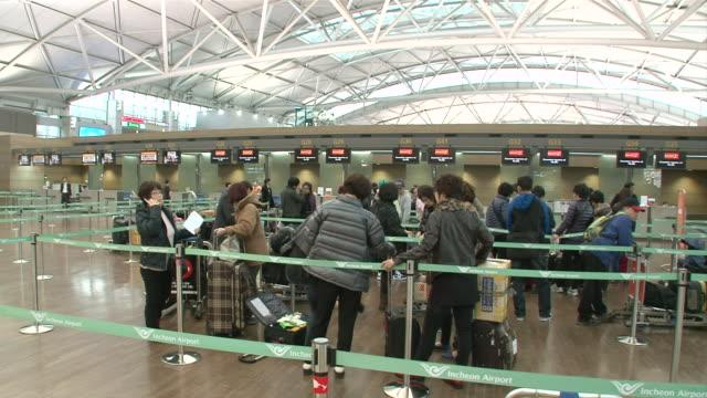 ms pan people in incheon international airport / incheon, south korea - 史跡めぐり点の映像素材/bロール